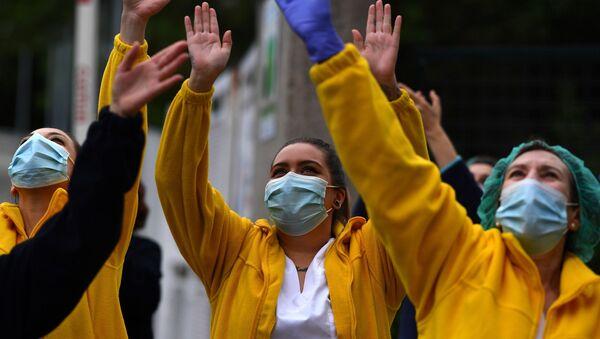 Los trabajadores de la salud agradecen aplausos de la ciudadanía - Sputnik Mundo
