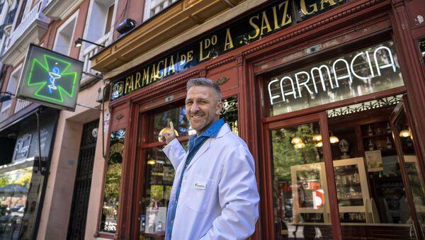 El actor Miguel Ángel Garzón frente al establecimiento en el que se basó 'Farmancia de Guardia' - Sputnik Mundo