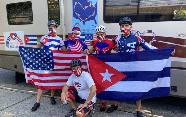 El profesor cubanoamericano Carlos Lazo junto a otros ciclistas de la fábrica de sueños - Sputnik Mundo