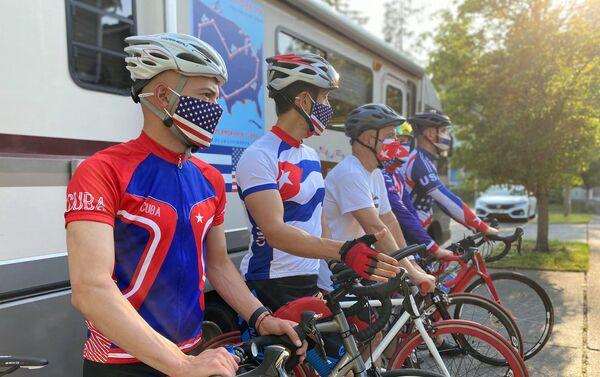El profesor Carlos Lazo junto a otro ciclistas se preparan para el recorrido de 5.000 kilómetros a través de Estados Unidos - Sputnik Mundo
