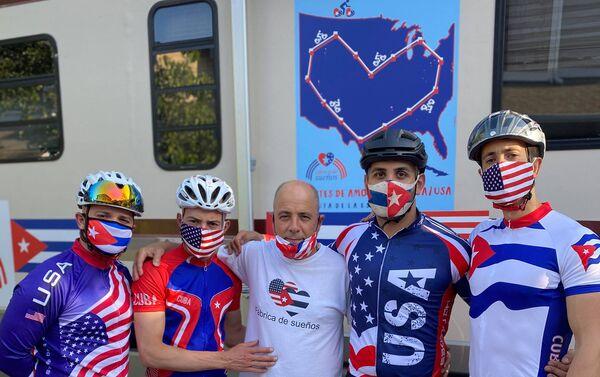 El profesor Carlos Lazo junto a otro ciclistas de la 'Fábrica de sueños' - Sputnik Mundo