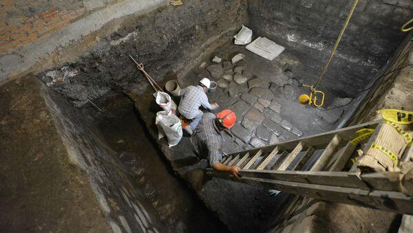 Los arqueólogos mexicanos trabajan en la zona del palacio prehispánico donde mataron a Moctezuma - Sputnik Mundo
