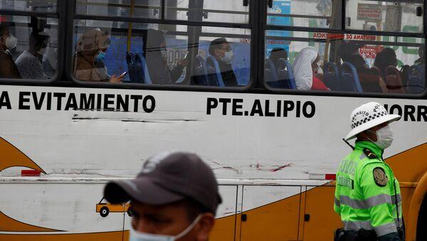 Pasajeros llevan mascarillas en un bus en Lima - Sputnik Mundo