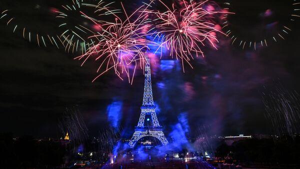 Celebración con fuegos artificiales por el Día Nacional de Francia en París - Sputnik Mundo