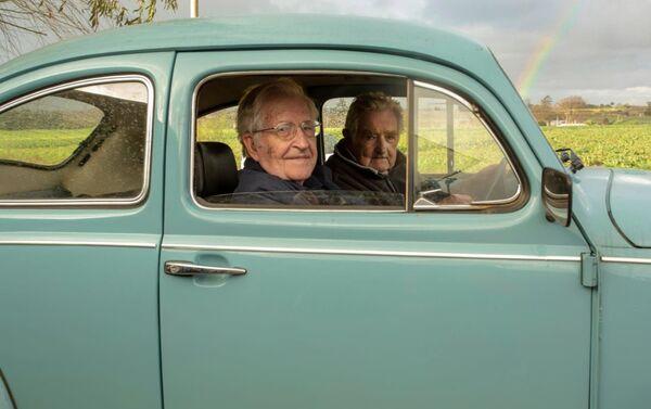 Chomsky y Mujica pasean en el Fusca del expresidente uruguayo - Sputnik Mundo