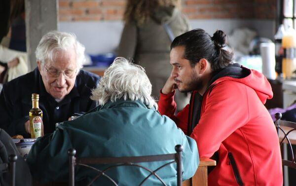 Almuerzo Chomsky, Alvídrez y Lucía Topolansky (de espaldas) - Sputnik Mundo