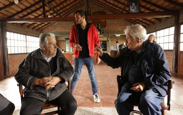 Alvídrez arma set de filmación para Mujica y Chomsky - Sputnik Mundo
