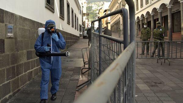 Un militar desinfectando las calles de Quito, Ecuador - Sputnik Mundo
