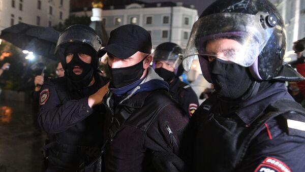 La Policía rusa durante una protesta en Moscú contra las enmiendas constitucionales - Sputnik Mundo