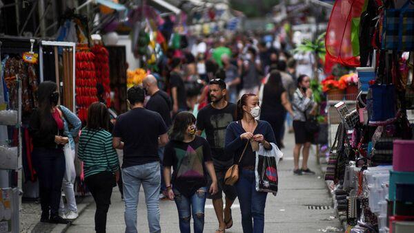 Gente en una calle de Río de Janeiro - Sputnik Mundo