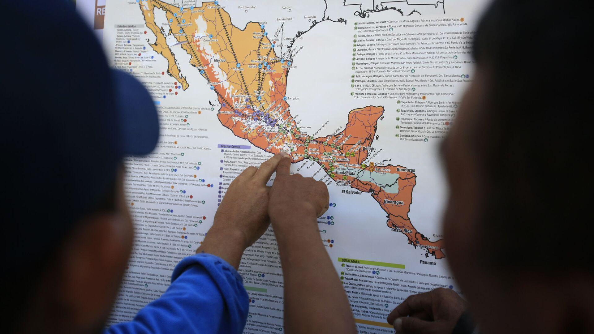 Migrantes centroamericanos planean su recorrido con un mapa en Ciudad de México - Sputnik Mundo, 1920, 03.09.2021