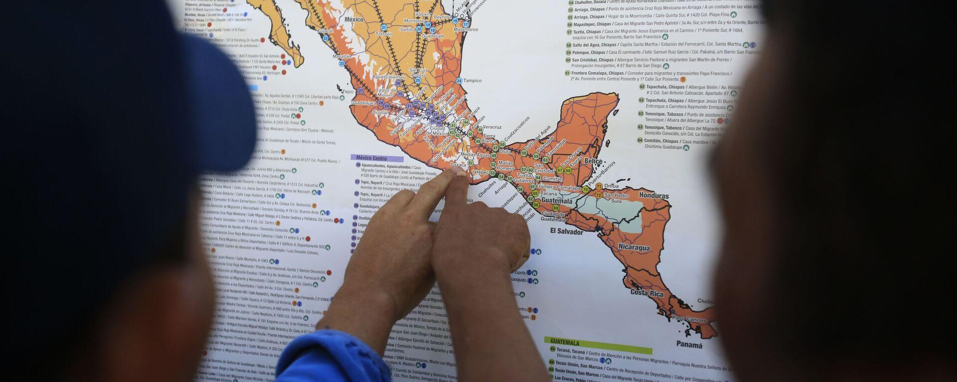 Migrantes centroamericanos planean su recorrido con un mapa en Ciudad de México - Sputnik Mundo, 1920, 22.09.2021
