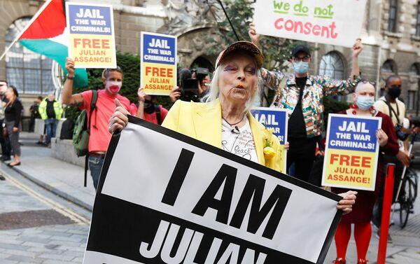 La diseñadora británica Vivienne Westwood en una jaula, en protesta por el encarcelamiento de Julian Assange - Sputnik Mundo