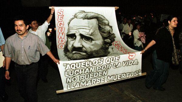 Estudiantes de la Universidad Centroamericana durante una procesión en homenaje a los sacerdotes jesuitas asesinados.  - Sputnik Mundo