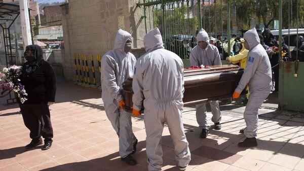 Hombres protegidos contra el COVID-19 llevan un ataúd en La Paz, Bolivia - Sputnik Mundo