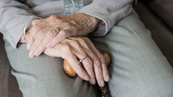 Abuela con bastón (Imagen referencial) - Sputnik Mundo