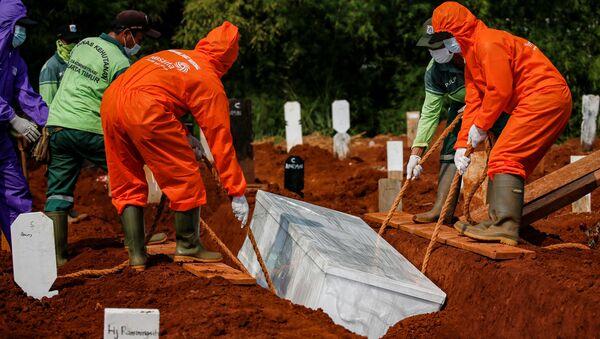 Entierro de víctima de COVID-19 en Jakarta, Indonesia - Sputnik Mundo