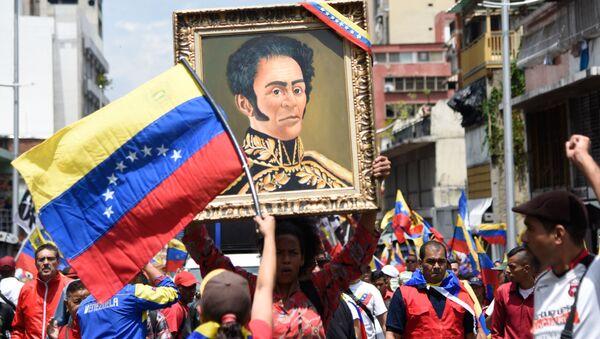 Un retrato de Simón Bolivar en una manifestación en Venezuela - Sputnik Mundo