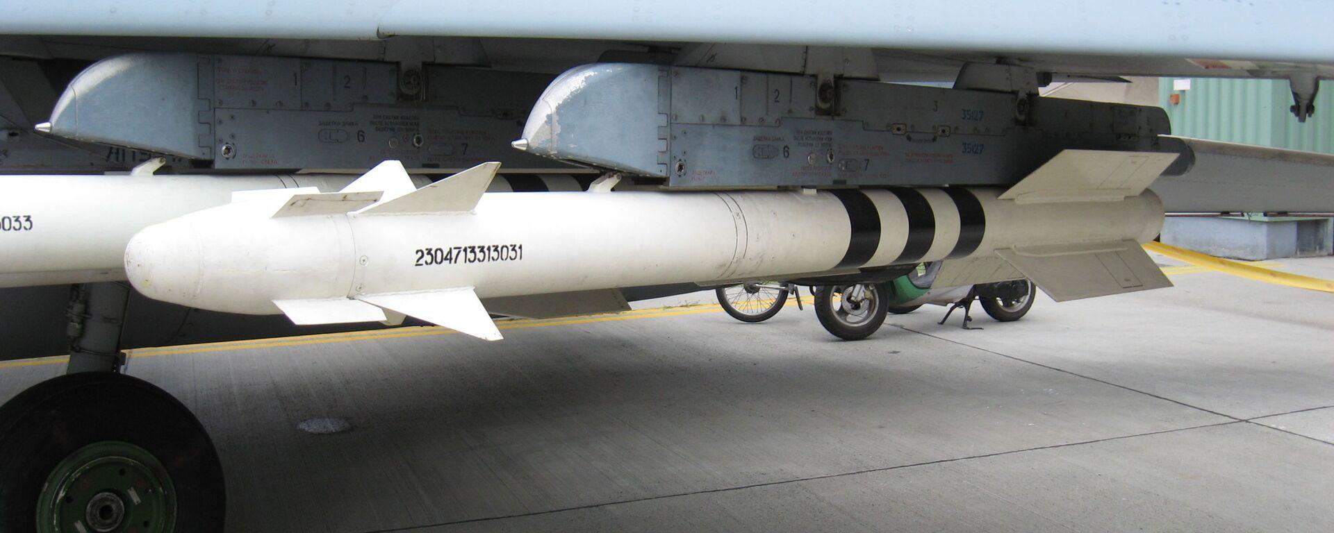 Misil aire-aire R-73 de entrenamiento sospendido bajo el ala de un MiG-29 - Sputnik Mundo, 1920, 25.07.2020