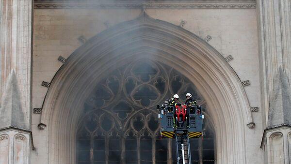 El incendio en la catedral de Nantes - Sputnik Mundo