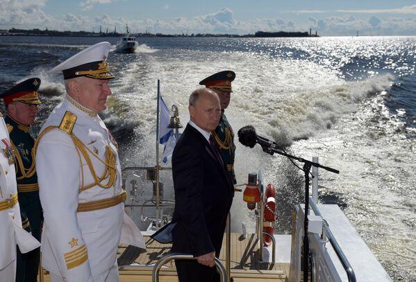 Президент РФ, верховный главнокомандующий Владимир Путин приветствует участников Главного военно-морского парада по случаю Дня Военно-морского флота РФ на Кронштадтском рейде в Финском заливе - Sputnik Mundo