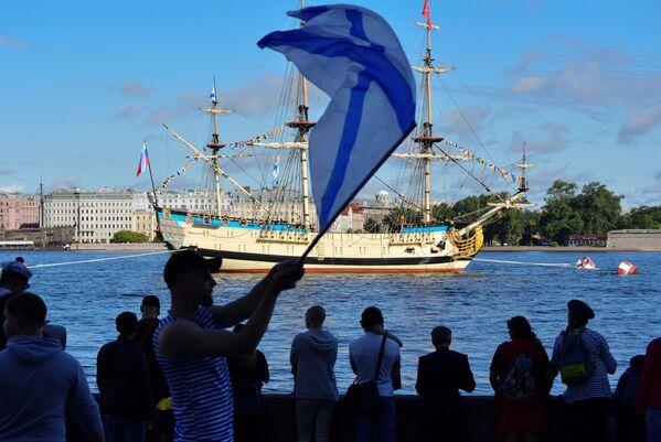 Жители собрались на набережной Санкт-Петербурга во время Главного военно-морского парада России - Sputnik Mundo