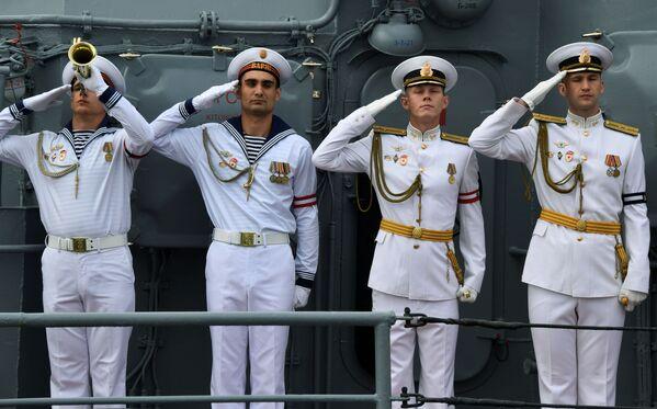 Экипаж гвардейского ордена Нахимова ракетного крейсера Варяг на параде в честь Дня Военно-морского флота в бухте Золотой Рог во Владивостоке - Sputnik Mundo