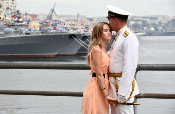 Пара на параде в честь Дня Военно-морского флота во Владивостоке - Sputnik Mundo
