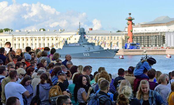 Жители на набережной Санкт-Петербурга, чтобы посмотреть проход кораблей во время Главного военно-морского парада России - Sputnik Mundo