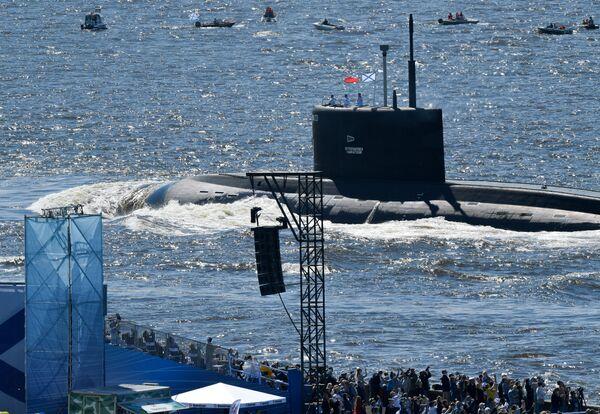 Подводная лодка Б-274 Петропавловск-Камчатский проекта 636.3 Варшавянка во время Главного военно-морского парада по случаю Дня Военно-морского флота РФ в Финском заливе - Sputnik Mundo