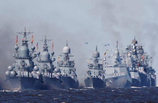 Las naves de guerra de la Armada de Rusia durante el desfile naval en Kronstadt, Rusia. - Sputnik Mundo