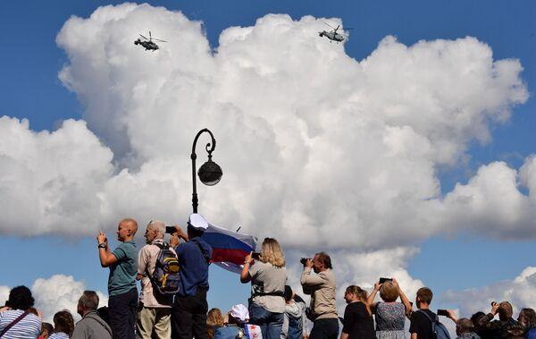Жители на набережной Санкт-Петербурга наблюдают пролет корабельных транспортно-боевых вертолетов Ка-29 во время Главного военно-морского парада России - Sputnik Mundo