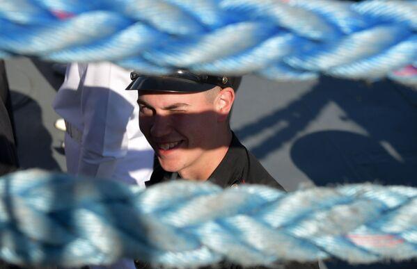 Моряк во время Главного военно-морского парада по случаю Дня Военно-морского флота РФ в Кронштадте - Sputnik Mundo