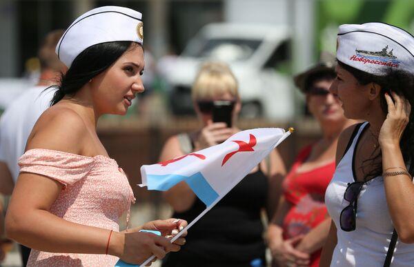 Жители Новороссийска во время парада в честь Дня Военно-морского флота на Новороссийской военно-морской базе - Sputnik Mundo
