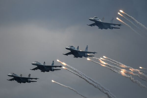 Многоцелевые истребители Су-30СМ на параде в честь Дня Военно-морского флота в Севастополе - Sputnik Mundo