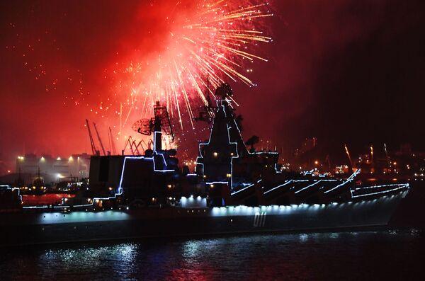 Салют во Владивостоке в честь Дня Военно-морского флота - Sputnik Mundo