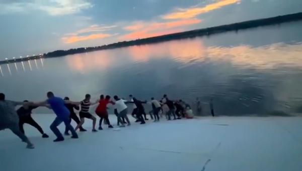 Una cadena humana para rescatar a una mujer rusa que se ahogaba - Sputnik Mundo
