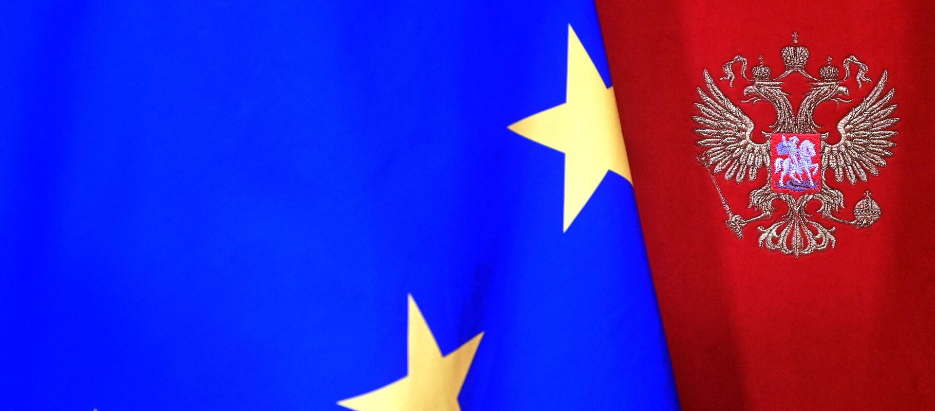 Una bandera de la UE con el escudo de Rusia - Sputnik Mundo, 1920, 05.02.2021