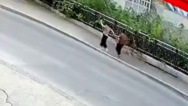 Literalmente tragados por la tierra: se derrumba el suelo bajo los pies de 2 peatones en China - Sputnik Mundo