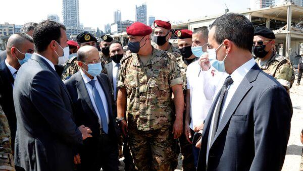Michel Aoun, presidente del Líbano (seg. izq.), durante su visita del puerto en Beirut donde se produjo la explosión - Sputnik Mundo
