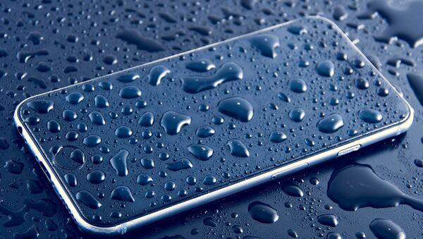 Un teléfono mojado - Sputnik Mundo
