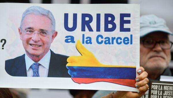 Una pancarta contra Álvaro Uribe, senador y expresidente colombiano  - Sputnik Mundo