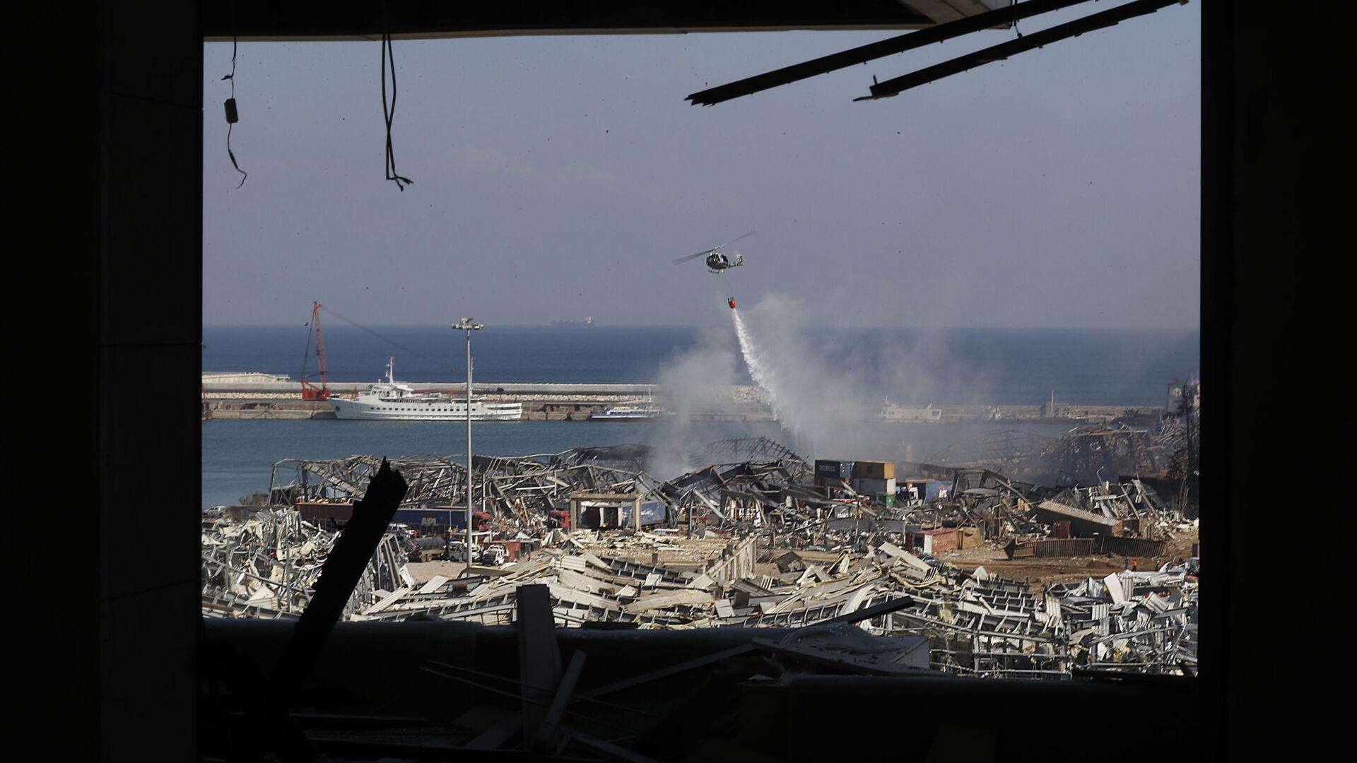 Un helicóptero del ejército libanés visto a través de un apartamento dañado tras la explosión en el puerto de Beirut - Sputnik Mundo, 1920, 16.09.2021