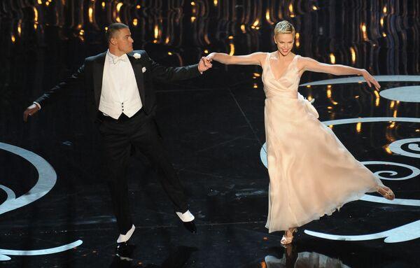 Шарлиз Терон и Ченнинг Татум во время выступления на 85-й церемонии вручения премии Оскар - Sputnik Mundo