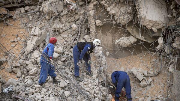 Rescatistas rusos remueven los escombros tras la explosión en Beirut - Sputnik Mundo