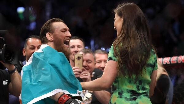 Conor McGregor celebra con su novia Dee Devlin el triunfo sobre Donald Cerrone - Sputnik Mundo