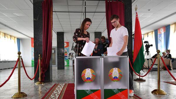 Un colegio electoral de Minsk - Sputnik Mundo