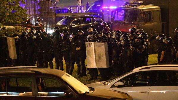 Agentes de la Policía durante las protestas en Bielorrusia - Sputnik Mundo