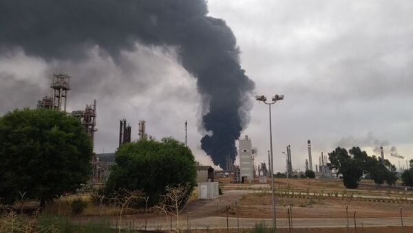Un rayo hace estallar un tanque de la petrolera Repsol en Puertollano, España - Sputnik Mundo
