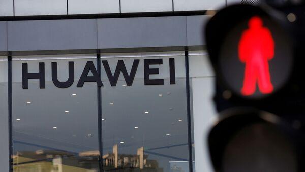La fachada de una tienda de Huawei en Pekín, China - Sputnik Mundo
